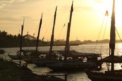 日落印度尼西亚海滩ancol海湾金黄时间 库存图片