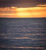 日落反射在海洋 免版税库存图片