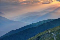 日落发出光线在朦胧的Pusteria谷女低音阿迪杰Sudtirol意大利 免版税库存照片