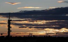 日落后面光在天线前面的 免版税图库摄影