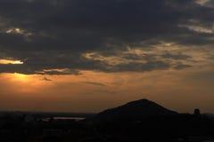 日落和一座城堡在山 库存照片