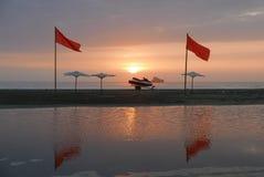 日落和一条现代喷气机小船在沙子,利马 免版税库存照片