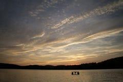 日落和云彩在湖 库存图片