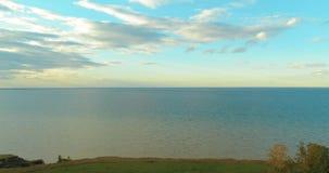 日落和云彩空中hyperlapse在沿海Timelapse寄生虫飞行上在海洋银行附近 高速水平 影视素材