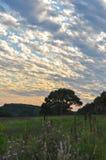 日落和多云天空蔚蓝在福奇谷,宾夕法尼亚 免版税库存照片