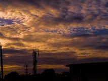 日落和天空在旅馆屋顶在Binan,拉古纳 库存照片