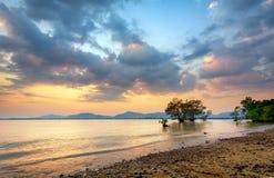 日落和天空在海滩 免版税库存照片