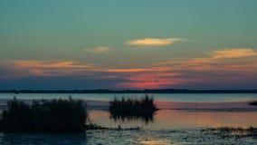 日落和天空背景,在河或湖地面的在微明, 4K,天对夜, Timelapse 股票录像