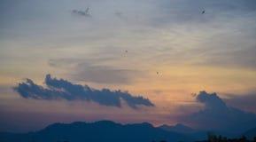 日落和天空蔚蓝和云彩 免版税库存图片