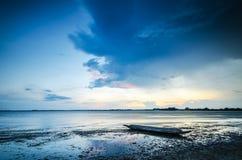 日落和小船渔夫 图库摄影