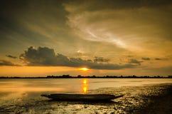日落和小船渔夫 库存图片