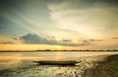 日落和小船渔夫 库存照片