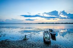 日落和小船渔夫 免版税库存照片