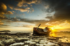 日落和小船渔夫 免版税库存图片