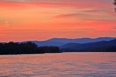 日落和山在多瑙河上 库存照片