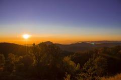 日落和山风景在早晨时间在土井Inthanon chiangmai泰国 免版税库存图片