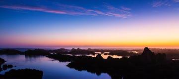 日落和岩石在海岸 图库摄影
