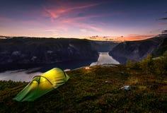 日落和帐篷在秋天在Aurlandsfjord,挪威 免版税库存照片