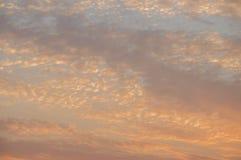 日落和日出 橙色天空和覆盖 美好的明亮的天堂 免版税库存图片