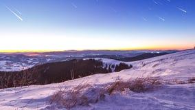 日落和星在黄昏在喀尔巴阡山脉排列 股票视频