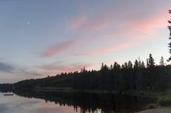 日落和月牙月亮 免版税库存图片