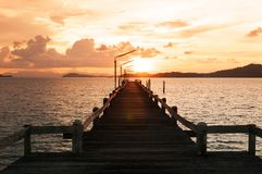 日落和木码头在泰国海 免版税库存照片