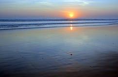 日落和波动图式处于低潮中在Legian海滩,巴厘岛, Indo 库存照片