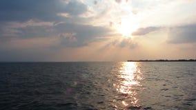 日落和深蓝色海 股票录像
