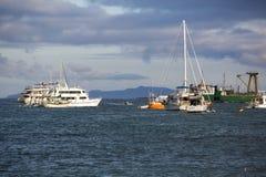 日落和游轮在加拉帕戈斯群岛 库存照片