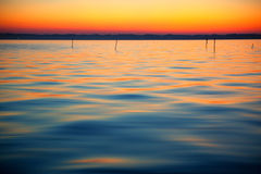 日落和湖的表面的颜色 库存图片