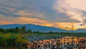 日落和湖 库存图片