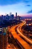 日落和繁忙的高速公路风景  免版税库存照片