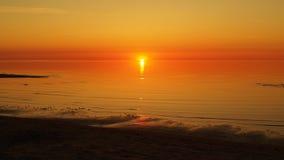 日落和红色天空在海 免版税库存照片