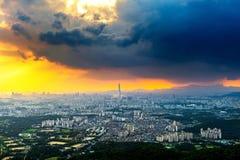 日落和美丽的天空在Lotte世界购物中心在汉城 免版税图库摄影