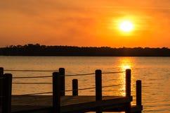 日落和船坞 免版税库存照片