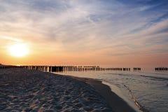日落和防堤在波罗的海 库存图片