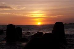 日落和防堤在Glagah靠岸,日惹,印度尼西亚 免版税库存图片