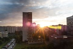 日落和阳光在晚上城市 免版税库存图片