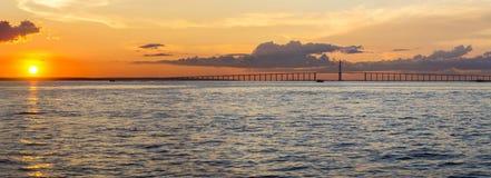 日落和马瑙斯Iranduba桥梁在亚马逊,巴西 免版税库存照片