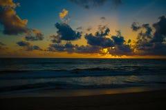 日落和黑暗的云彩 库存照片