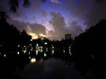 日落和紫色天空 库存照片