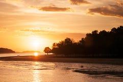 日落和sillhouette海滩在泰国海 免版税库存图片