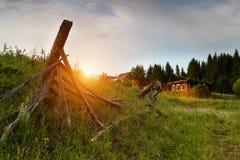 日落在一个典型的俄国村庄 免版税库存图片