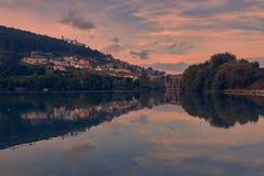 日落在一个小的湖村庄 免版税库存照片