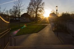 日落在一个11月晚上在一个历史城市 免版税库存图片