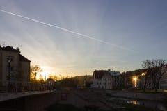 日落在一个11月晚上在一个历史城市 免版税图库摄影