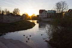 日落在一个11月晚上在一个历史城市 库存图片