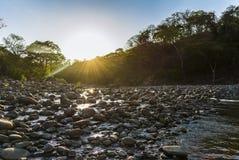 日落在一条石河 免版税图库摄影