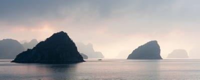 日落在下龙湾,越南 免版税库存照片