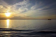 日落在公海 免版税库存图片